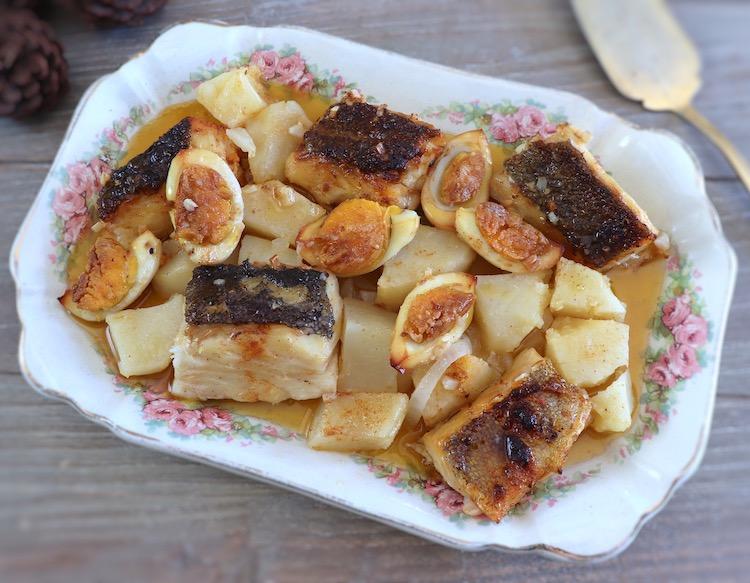 Bacalhau no forno com batatas e ovo numa travessa