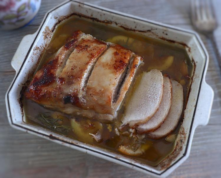 Lombo de porco no forno com limão e alecrim numa assadeira