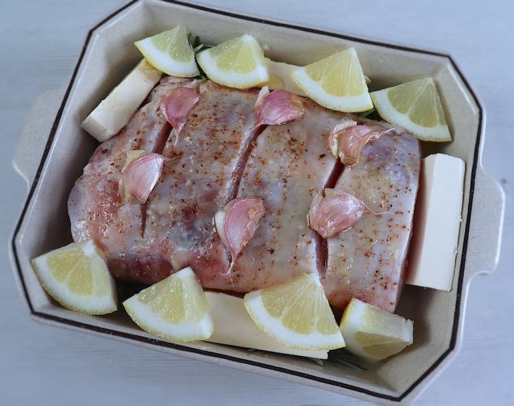 Lombo de porco numa assadeira com limão, azeite, noz.moscada, margarina, mel, alecrim e alhos