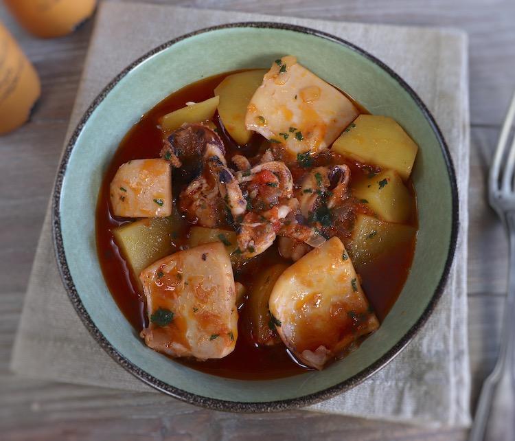 Chocos guisados com batatas num prato fundo