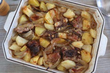Entrecosto com batatas no forno numa assadeira