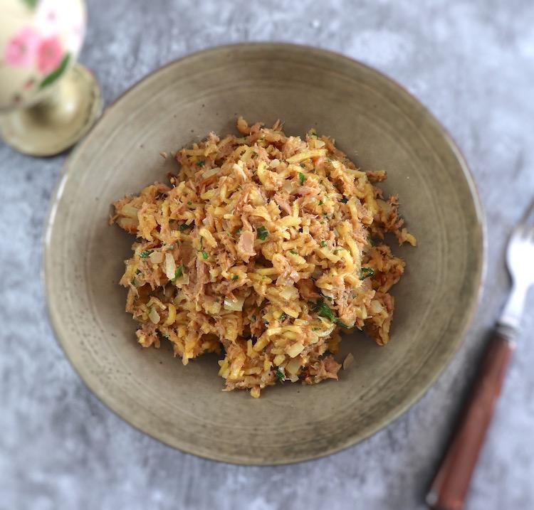 Tuna à Brás in 10 minutes on a dish bowl