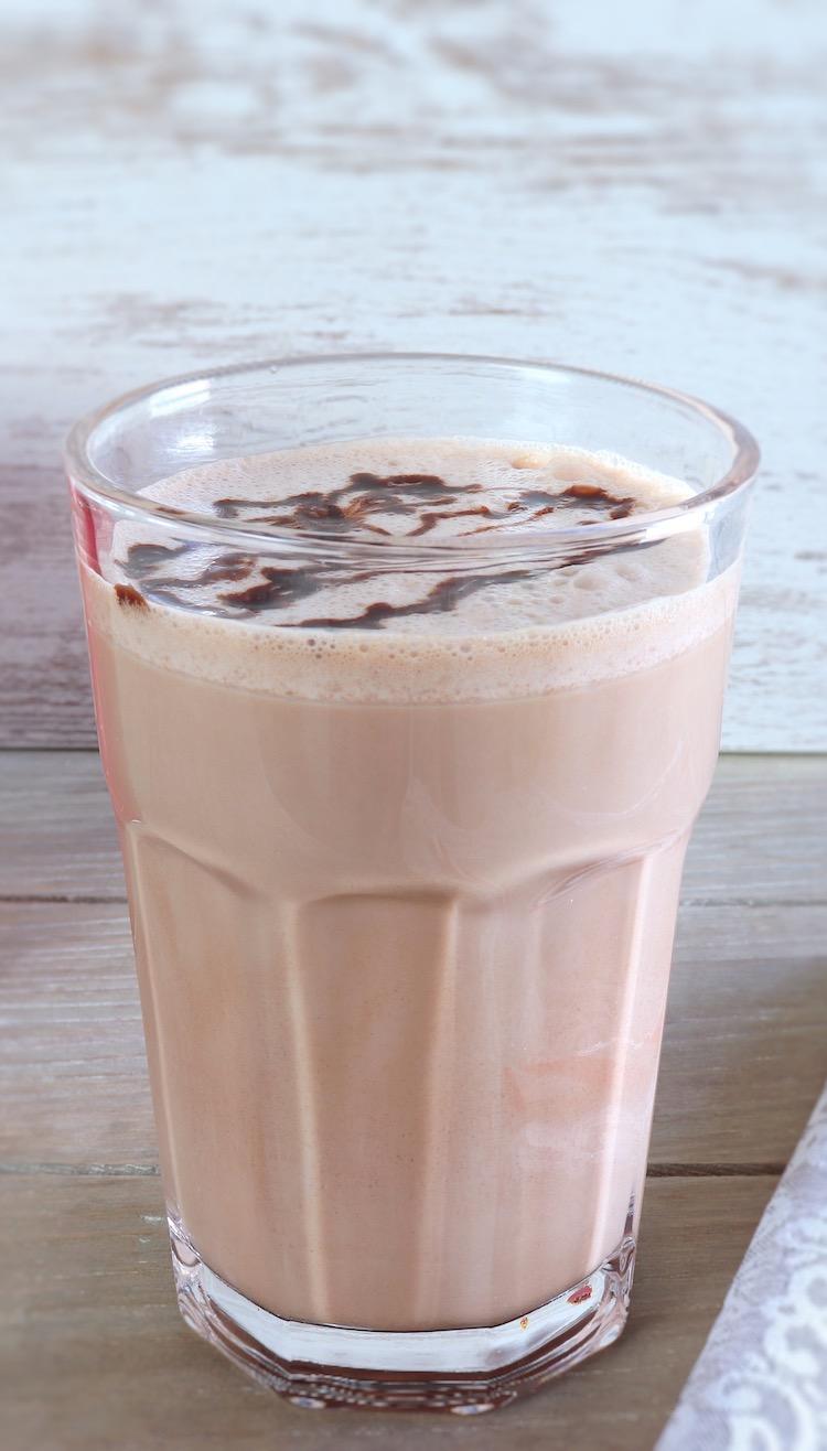 Batido de chocolate num copo de vidro