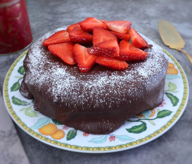 Bolo de morango com cobertura de chocolate num prato