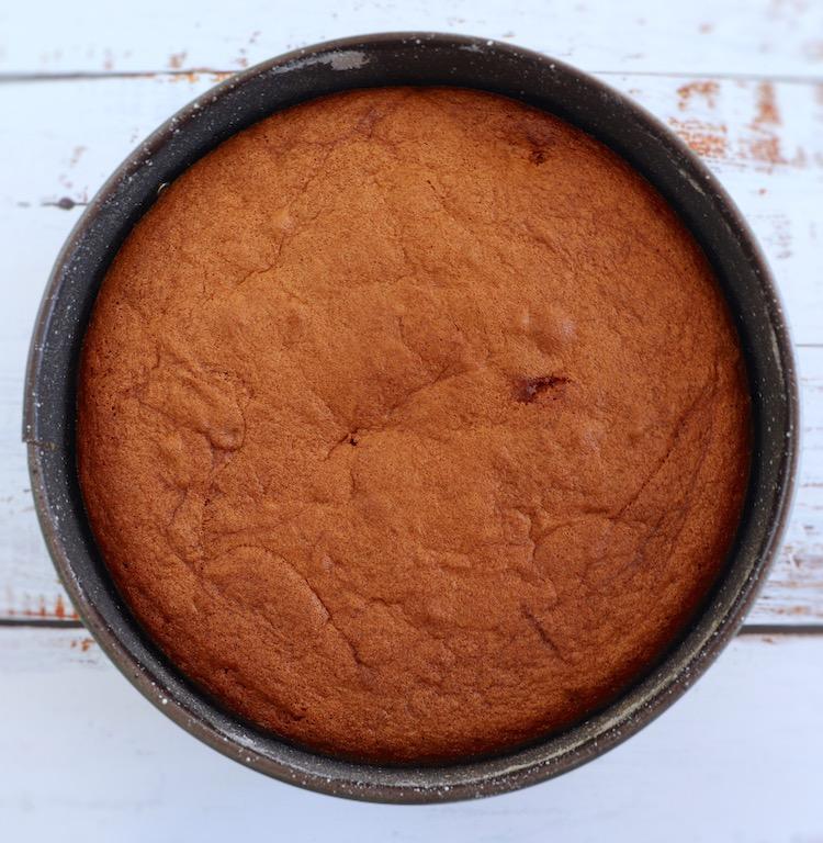 Bolo de morango numa forma de bolos redonda