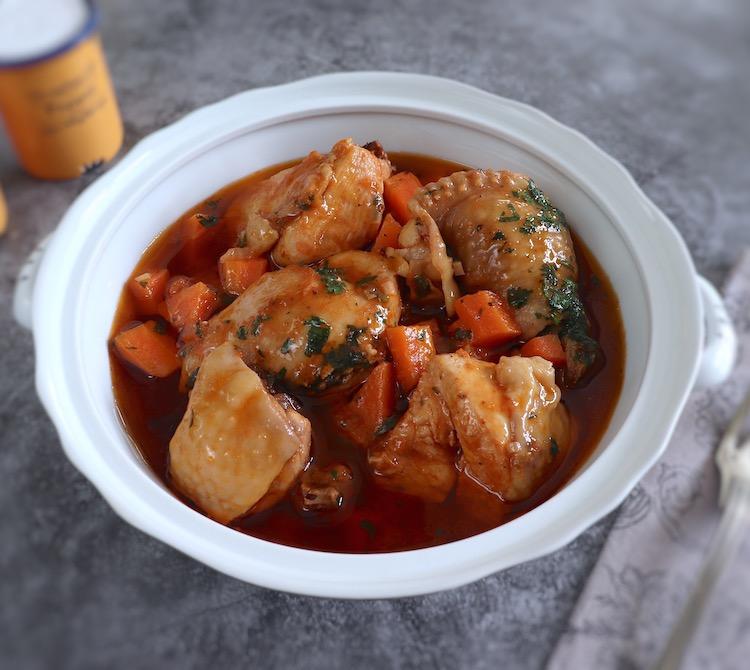 Ragoût de poulet sur une soupière