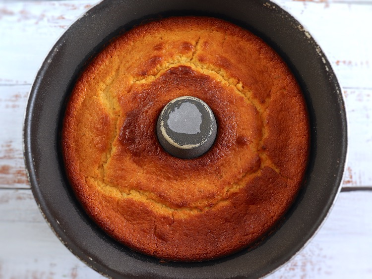 Bolo de lima e iogurte numa forma de bolos redonda com furo no meio