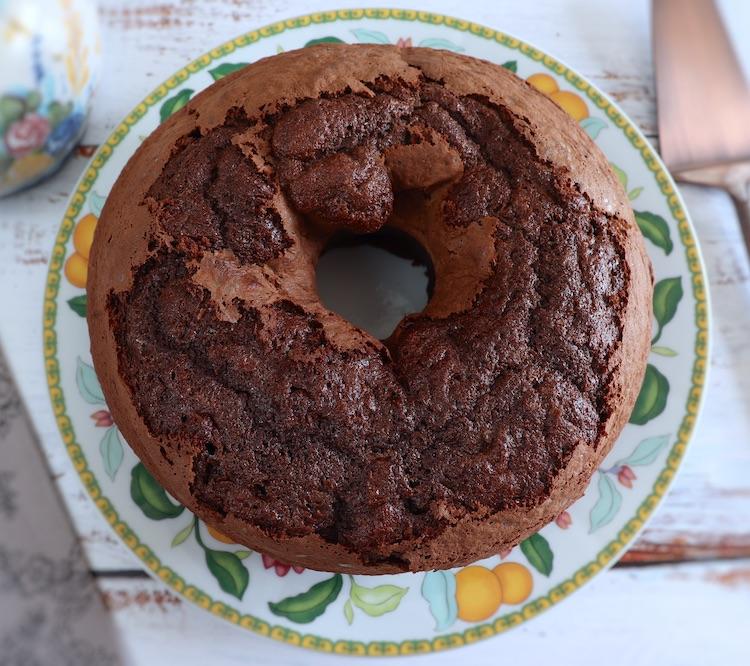 Bolo caseiro de chocolate e morango num prato