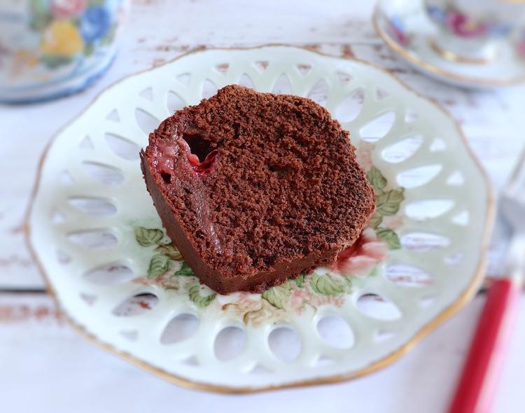 Fatia de bolo caseiro de chocolate e morango num prato